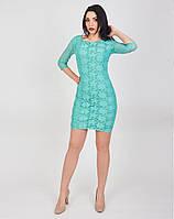 Платье оформлено рукавом длиной три четверти и неглубоким овальным вырезом