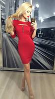 Женское приталенное красное платье с вырезом на груди