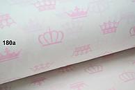 Бязь с розовыми коронами на белом фоне (№180а)
