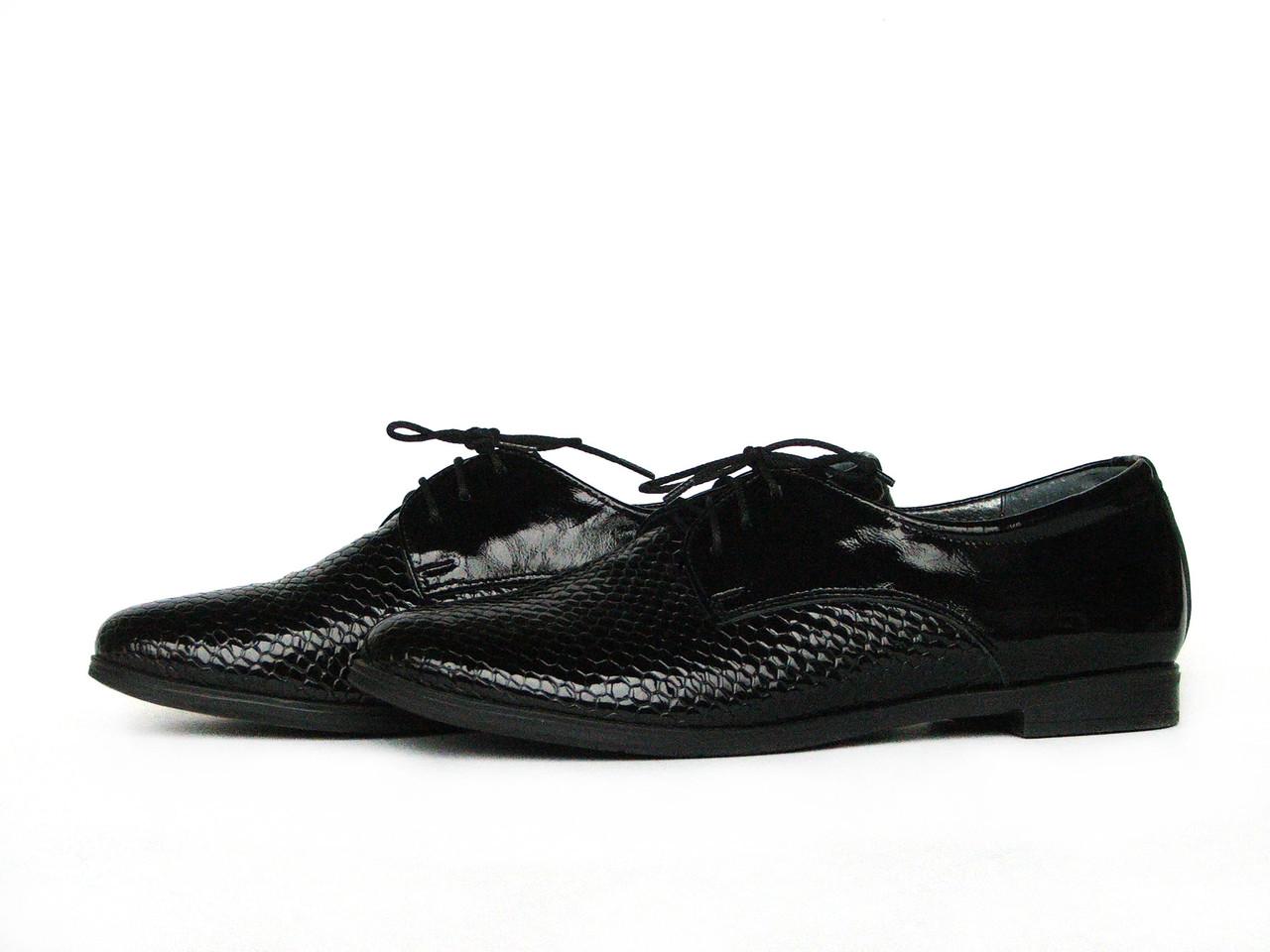 Туфли женские со шнуровкой из фактурной лаковой кожи