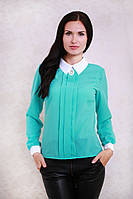 Стильная офисная блуза мятного цвета с рубашечным воротником украшена брошью