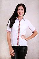 Нарядная белая блуза с коротким рукавом украшена вышитым орнаментом