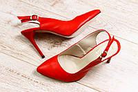 Женские кожаные босоножки красного цвета на шпильке с застежкой