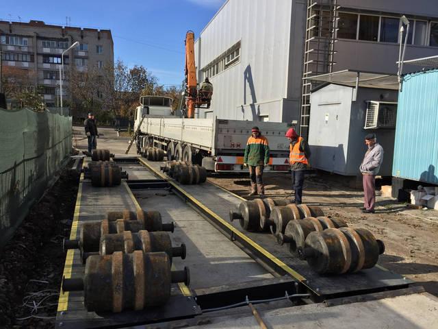 Данные весы имеют такие характеристики НПВ 60 тонн,длинна платформы 12 метров установка произведена в Городе Винница.