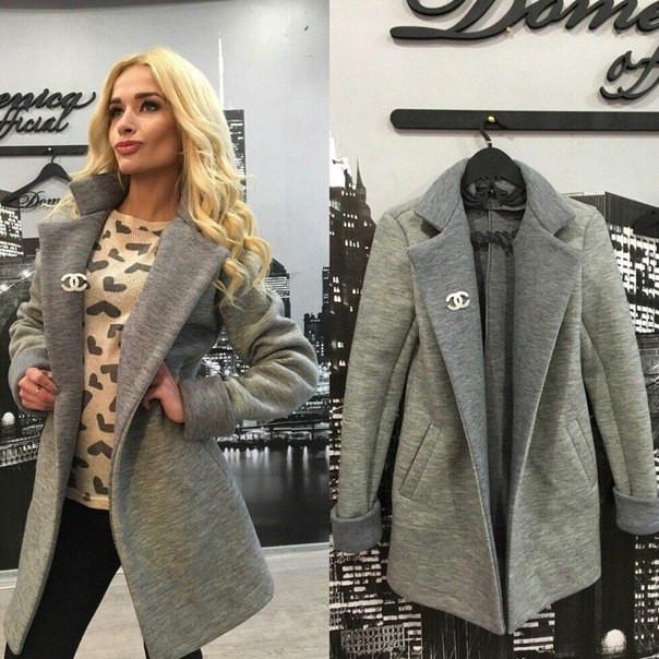 Трикотажное пальто с брошкой Шанель
