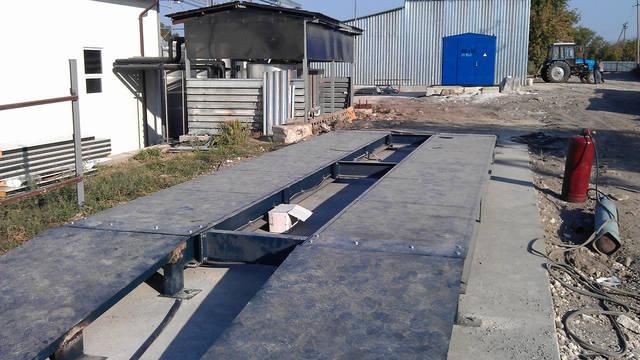 Данные весы имеют такие характеристики НПВ 40 тонн,длинна платформы 12 метров установка произведена в Молдове на заводе KVINT.