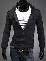 Чёрная куртка с карманами на кнопках.