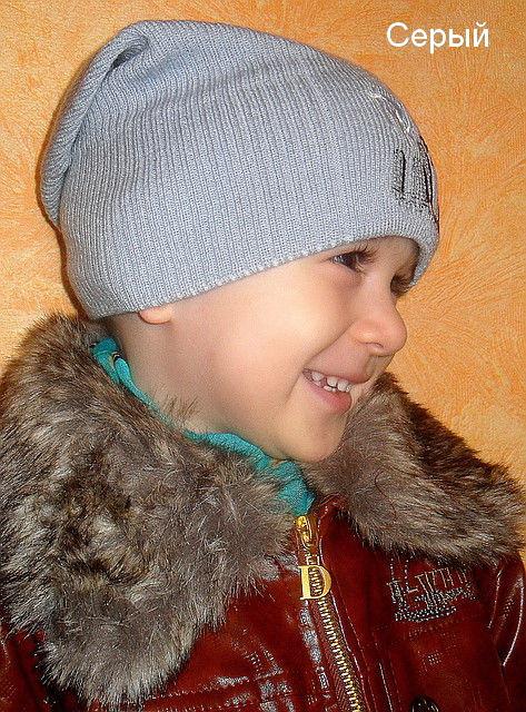 Вязанная шапка для мальчика серого цвета
