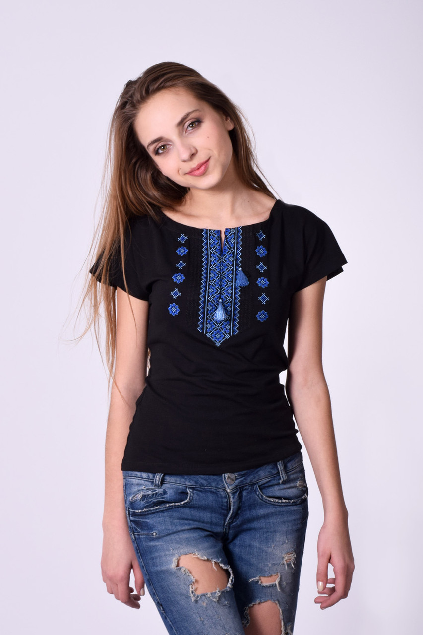 805617c3913 Очаровательная женская вышиванка с традиционным синим орнаментом -  Оптово-розничный магазин одежды