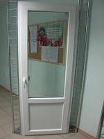 Мелаллопластиковые балконные двери  REHAU Е 60 Размеры: 2000*700 Белые. Фурнитура Winkhaus.