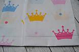 Лоскут ткани №102  с разноцветными коронами на белом фоне размером , фото 2