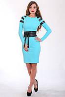 Стильное летнее платье в голубом цвете с кожаными вставками на рукавах и пояс