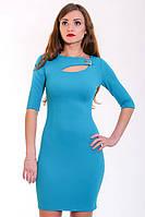 Праздничное платье яркой расцветки с интересным вырезом и брошью
