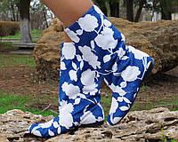 Синие женские тканевые сапожки с белым цветочным принтом