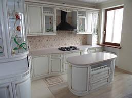 Угловая кухня «Киевская фреза» белого цвета с золотыми вставками, классика