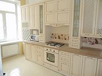 Маленькая кухня в классическом стиле «Киевская фреза» молочного цвета с золотыми вставками