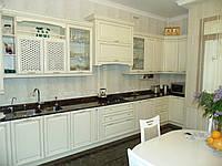 Угловая кухня в классическом стиле «Киевская фреза» теплого белого цвета с золотыми вставками
