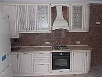 Угловая кухня в классическом стиле «Киевская фреза» белого цвета с золотыми вставками