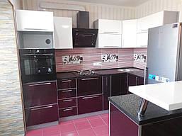 Кухня в современном модерн стиле в бело - вишнёвом цвете с глянцевым пластиковым фасадом в алюминиевой рамке