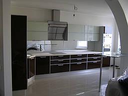 Угловая кухня в современном стиле в коричнево -белом цвете с пластиковыми фасадами в алюминиевой рамке