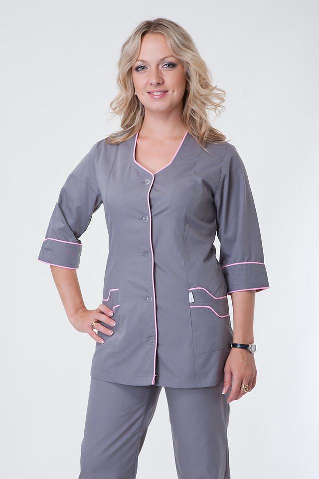 Серый медицинский костюм с розовой окантовкой