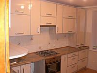 Маленькая угловая кухня в современном стиле белого цвета с пластиковыми фасадами в алюминиевой рамке