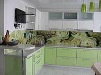 """Маленькая угловая кухня """"Вдохновение"""" в современном стиле с пластиковыми фасадами в алюминиевой рамке бело-зел"""