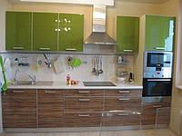 Маленькая современная кухня с пластиковыми фасадами в алюминиевой рамке под дерево в оливковом цвете