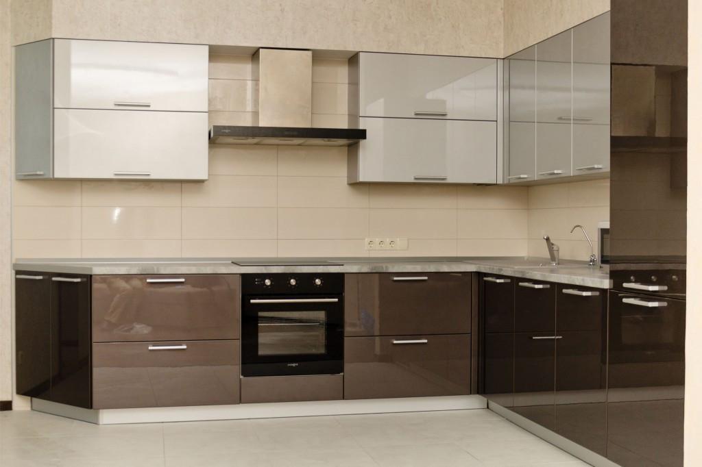 Угловая кухня в современном стиле с крашенными фасадами в светло-коричневом и белом цветах