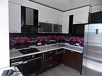 Маленькая угловая кухня в современном стиле с крашенным фасадом мдф в коричнево-белом цветах