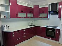 Угловая кухня в современном стиле с крашенными фасадами в МДФ в вишнёвом цвете