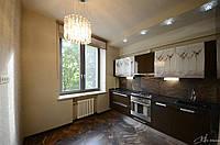 Угловая кухня в современном стиле с крашенными фасадами в МДФ печать на фасаде коричневого цвета