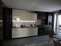 Кухня в современном стиле  в коричневом и молочном цветах