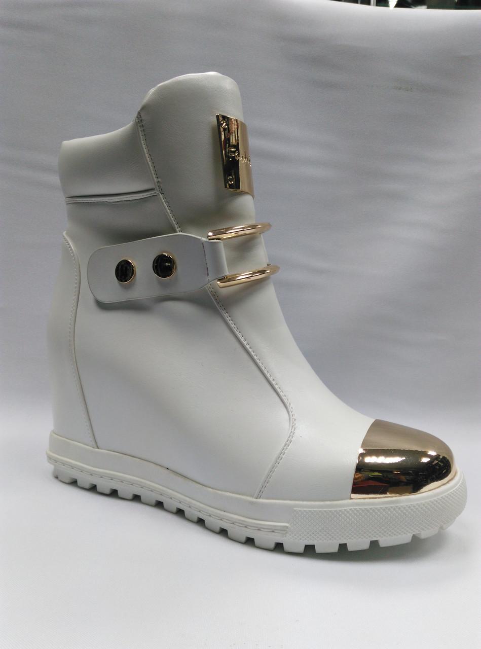 Белые ботиночки на толстой подошве. Сникерсы.