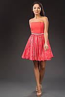 Платье с открытыми плечами и серебристым поясом.