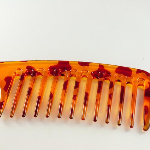 зубья на расческе редкие и прямоугольной формы