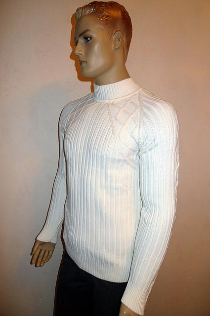 Белый свитер с воротником-стойкой