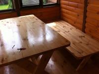 Деревянная беседка с металопластиковыми окнами и полной кухонной мебелью.