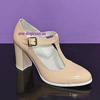 Женские классические бежевые лаковые туфли высоком каблуке.
