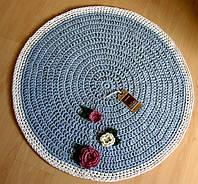 Коврик для пола вязаный ручной работы серый с декором
