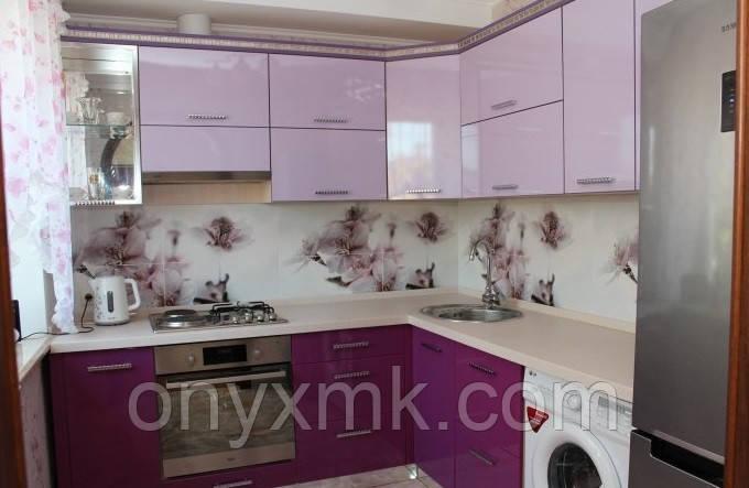 Сиреневая глянцевая кухня со стиральной машиной