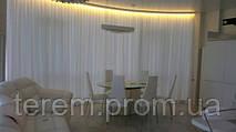 Шторы в гостиную - кухню. Легкая, белая, светоотражающая штора защищает от яркого солнца и прекрасно гармонирует с белым дизайном комнаты. Белый прозрачный тюль как всегда добавляет воздушности и комфорта.