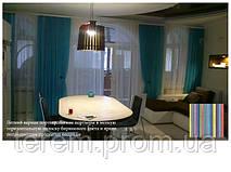 Шторы в кухню - гостиную. По-летнему легкие и яркие шторы из тюлевой ткани обеспечивают комнате свежесть и уют. Яркие полосатые подушки дополняют текстильное оформление.
