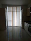 Японские шторы на кухню. Три прямых полотна, двигающихся по горизонтали в оконном проеме. Идеальный вариант, когда хочется оставить больше пространства в комнате.