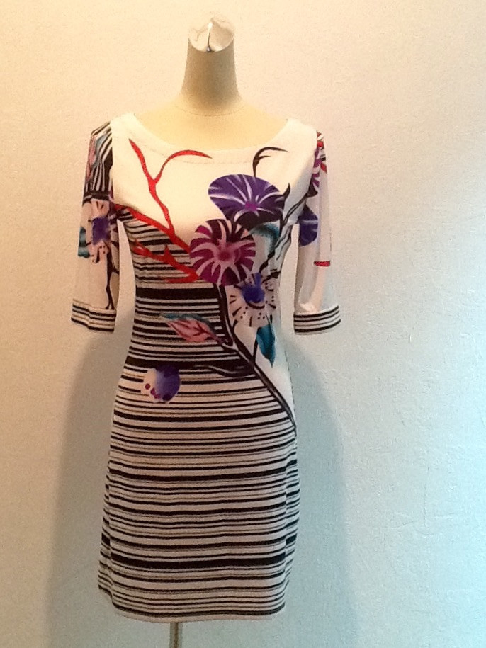 Женское летнее платье короткое рукав 3/4 в стиле Valentino белое с рисунком стильное яркое модное