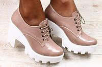 Туфли женкие кожаные бежевого цвета на белом каблуке