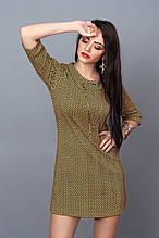 Модное повседневное платье с абстракцией с золотистым украшением на горловине