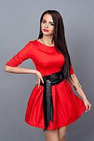 Эффектное молодежное платье красного цвета с кожаным поясом-лодочка