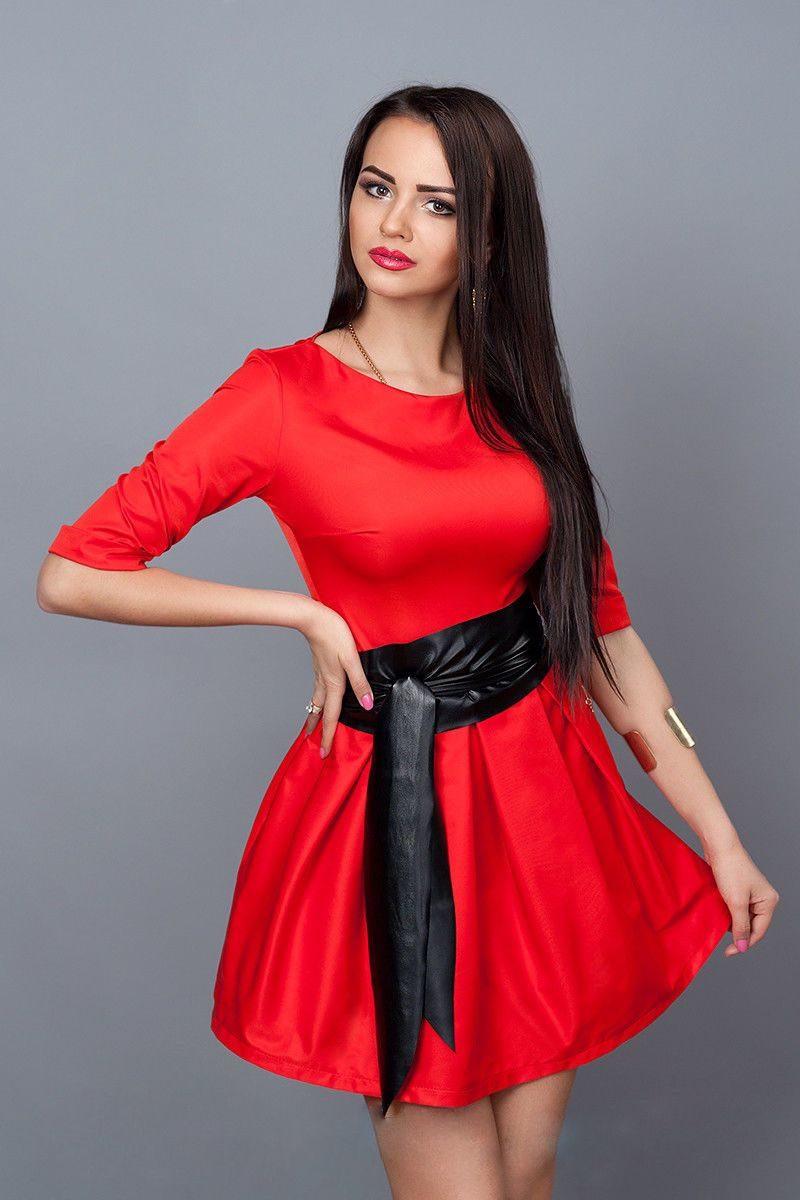 4199eccde37 Эффектное молодежное платье красного цвета с кожаным поясом-лодочка ...
