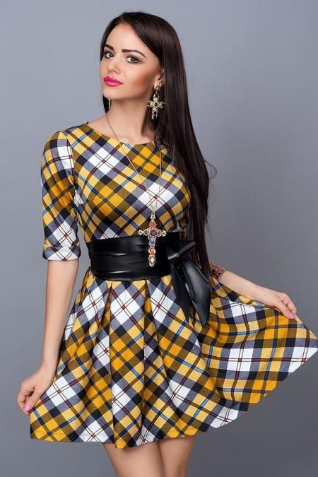 Молодежное платье в клетку и кожаным поясом